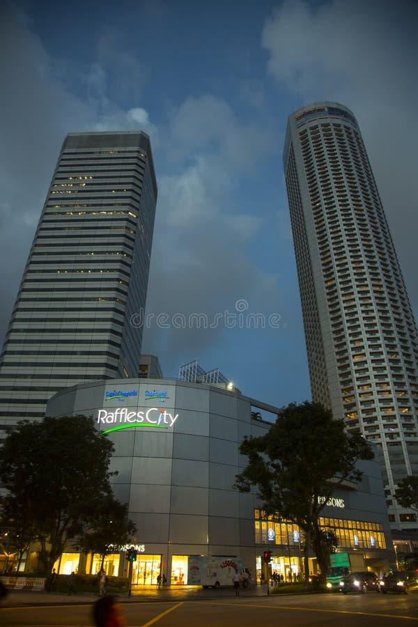 Ciudad de las rifas en Singapur por noche imagenes de archivo