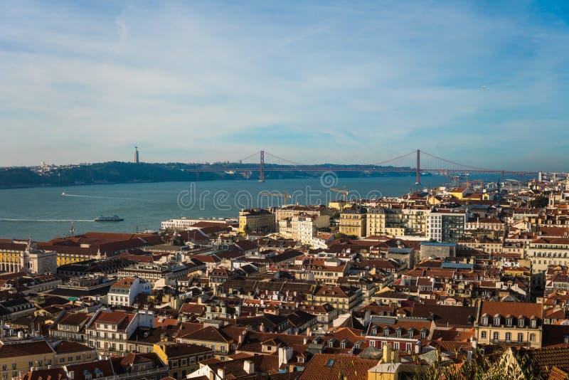 Ciudad de Lisboa vista desde arriba en un día soleado, Portugal foto de archivo libre de regalías