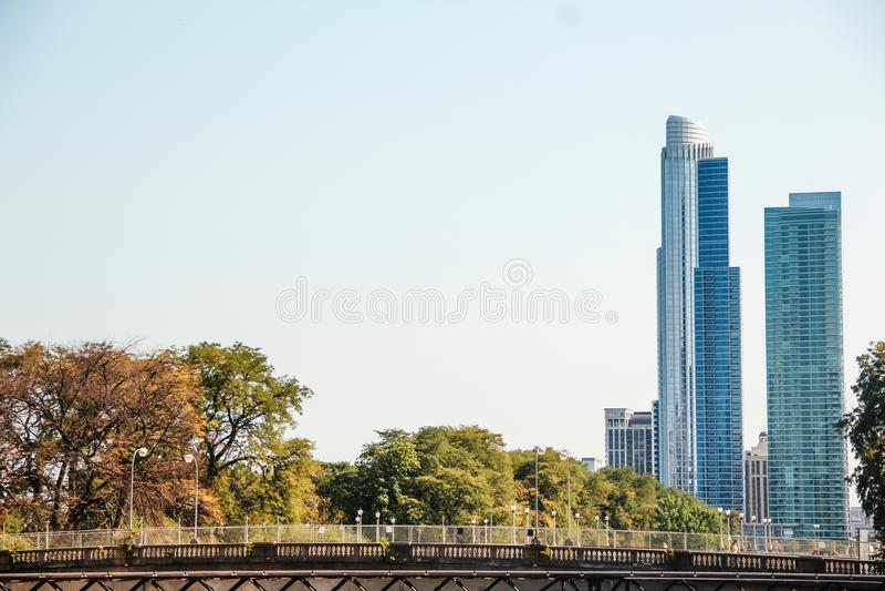 Ciudad de los edificios céntricos de Chicago los E.E.U.U. foto de archivo libre de regalías