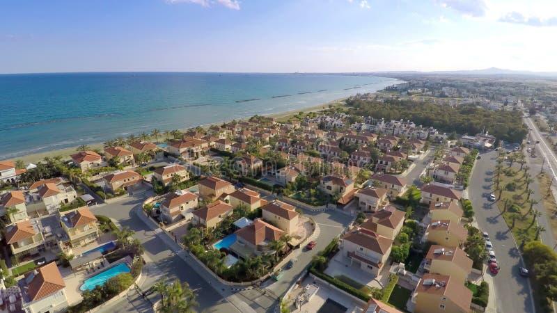 Ciudad de lujo y costa de la cabaña el día soleado, propiedades inmobiliarias para el alquiler en Chipre foto de archivo libre de regalías