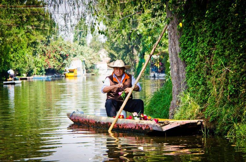 Ciudad de México, México - 13 de abril de 2012 Canal del agua en el cuarto Xochimilco foto de archivo