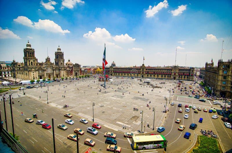 Ciudad de México, México - 12 de abril de 2012 Plaza principal Zocalo con la catedral imágenes de archivo libres de regalías
