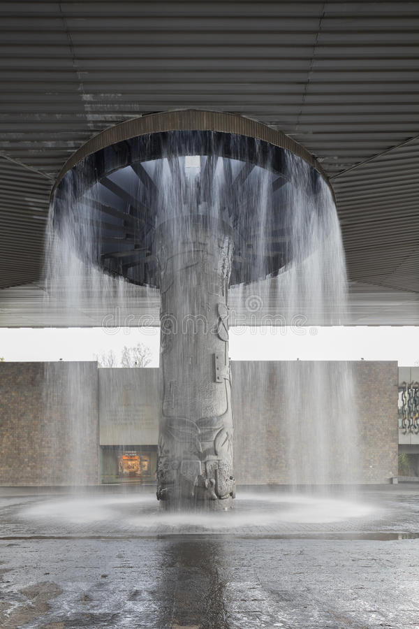 CIUDAD DE MÉXICO - 1 DE AGOSTO DE 2016: La plaza del Museo Nacional de la antropología de México foto de archivo libre de regalías
