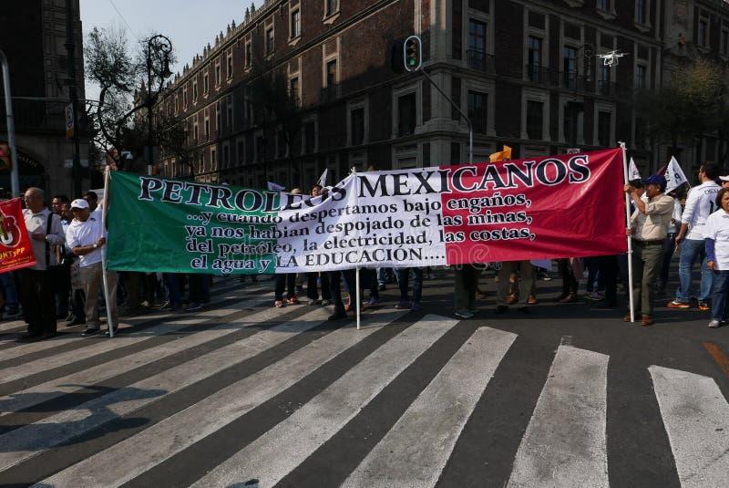 Ciudad de México, México 7 de enero de 2017: Los manifestantes marchan en las calles después y aumentan de precios de la gasolina foto de archivo