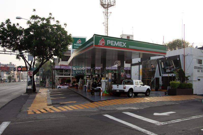 Ciudad de México, México - 24 de noviembre de 2015: Gasolinera de Pemex en Ciudad de México imagen de archivo