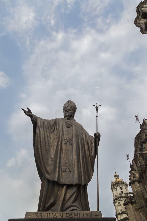 CIUDAD DE MÉXICO - MÉXICO: NOVEMBRO DE 2016: Estátua de bronze do segundo papa juan pablo, fora da igreja virgem de Guadalupe's fotos de stock