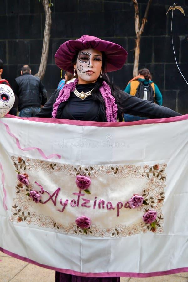 Ciudad de México, México; 1 de noviembre de 2015: Una mujer con la bandera del ayotzinapa en el día del celebrati muerto imagen de archivo libre de regalías