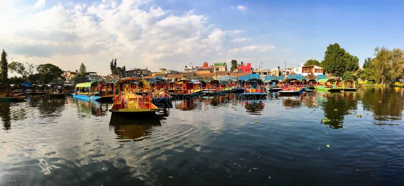Ciudad de M?xico, M?xico - 24 de octubre de 2018 Barcos tradicionales en el canal de Xochimilco en muelle imagenes de archivo