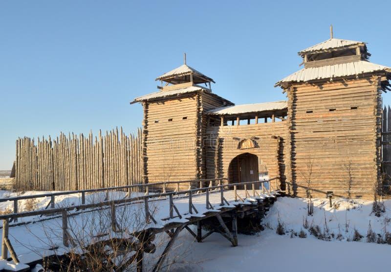 Ciudad de madera vieja en la provincia rusa en el invierno imagenes de archivo