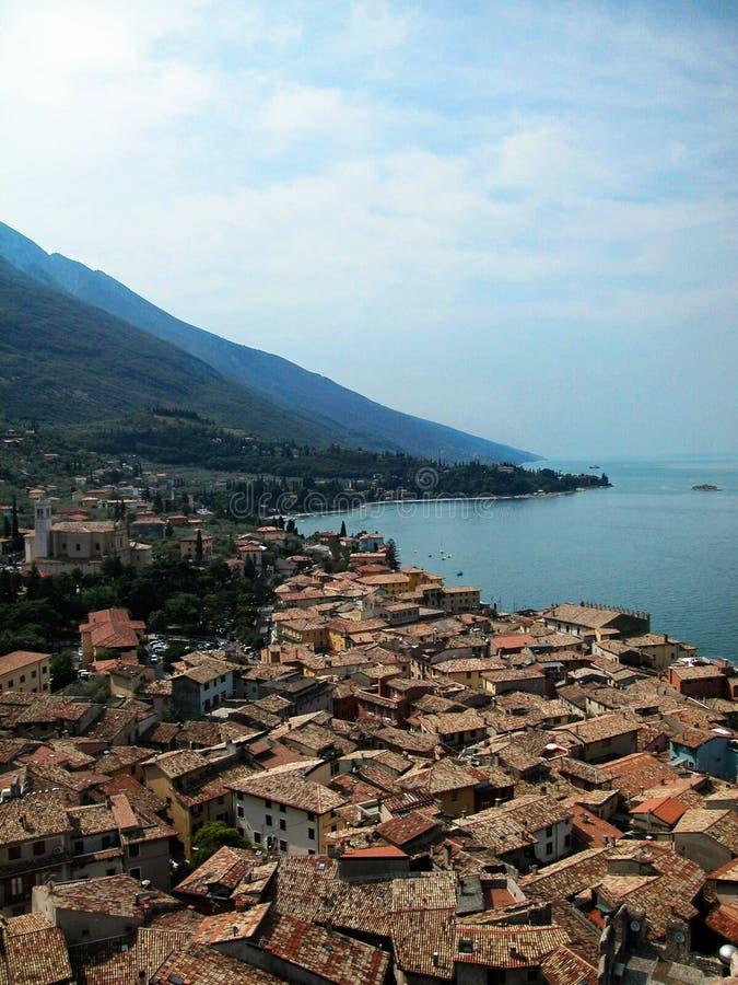 Ciudad de Malcesine en el lago Garda, opinión del horizonte, Italia imagenes de archivo