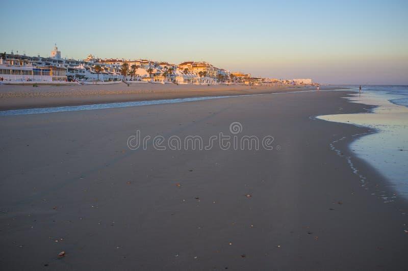 Ciudad de Matalascanas de la playa en la puesta del sol, Huelva, España fotos de archivo libres de regalías