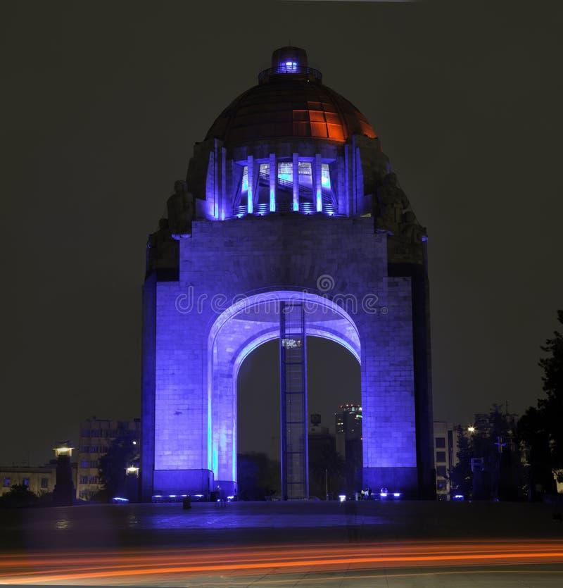 CIUDAD DE MEKSYK, MEKSYK -: KWIECIEŃ, 2017: Widok zabytek rewolucja z iluminacją różnorodni kolory obrazy royalty free