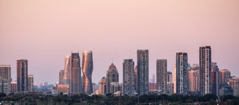 Ciudad de Mississauga cerca del horizonte de Toronto imagenes de archivo