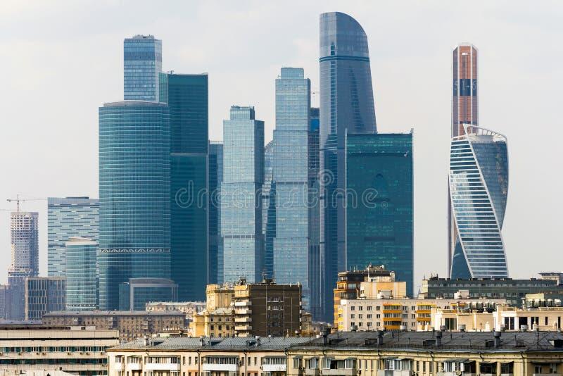 Ciudad de Moscú - vista del centro de negocios del International de los rascacielos En el primero plano son los edificios residen foto de archivo libre de regalías