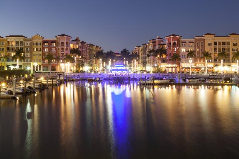 Ciudad de Nápoles en la noche La Florida, Estados Unidos imagenes de archivo