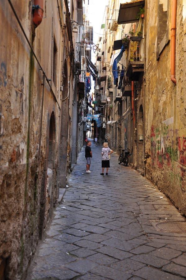 Ciudad de Nápoles, escena estrecha de la calle de la ciudad fotografía de archivo libre de regalías
