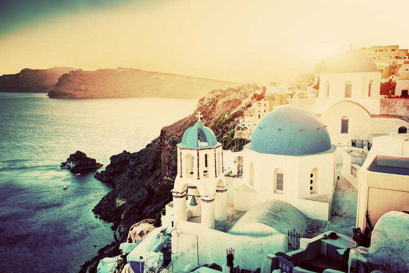 Ciudad de Oia en la isla de Santorini, Grecia en la puesta del sol Rocas en egeo foto de archivo libre de regalías