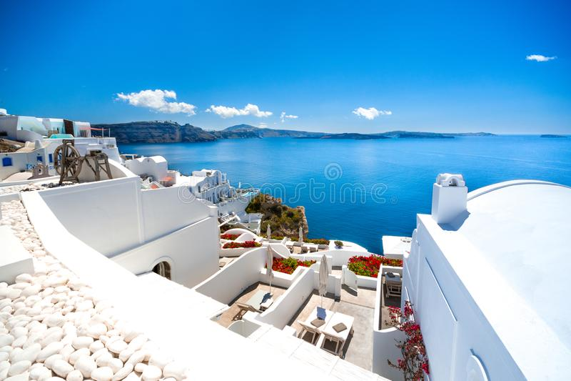 Ciudad de Oia en la isla de Santorini, Grecia Casas e iglesias tradicionales y famosas con las bóvedas azules sobre la caldera imagenes de archivo