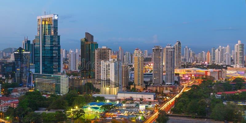 Ciudad de Panamá durante la hora azul imagenes de archivo