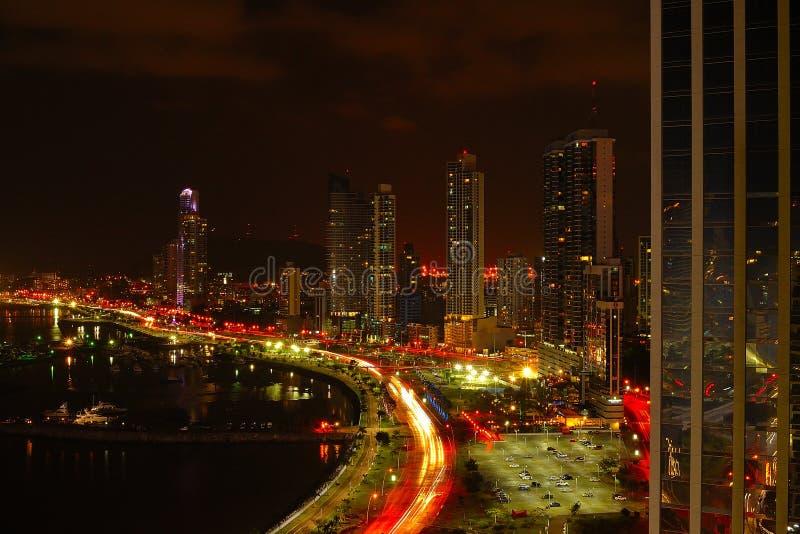 Ciudad de Panamá en la noche imagenes de archivo