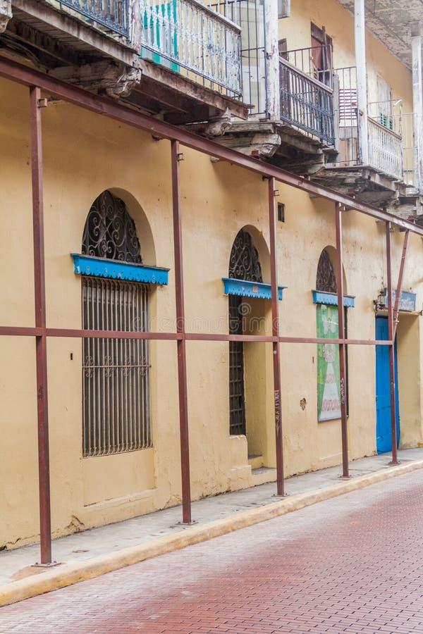 CIUDAD DE PANAMÁ, PANAMÁ - 27 DE MAYO DE 2016: Edificio dilapidado en la ciudad vieja de Casco Viejo del ci de Panamá foto de archivo libre de regalías