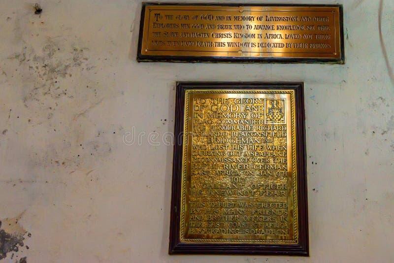 CIUDAD DE PIEDRA, ZANZÍBAR - 9 DE ENERO DE 2015: Placas de metal con las inscripciones en catedral de la iglesia de Cristo imagen de archivo
