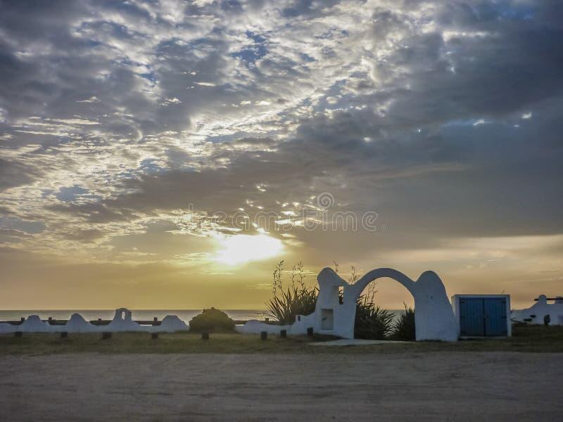 Ciudad de Pinamar en la puesta del sol fotos de archivo