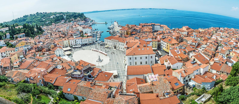 Ciudad de Piran de la iglesia parroquial del ` s de San Jorge, Eslovenia imagen de archivo