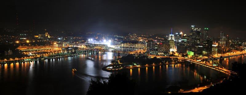 Ciudad de Pittsburgh en la noche fotos de archivo libres de regalías