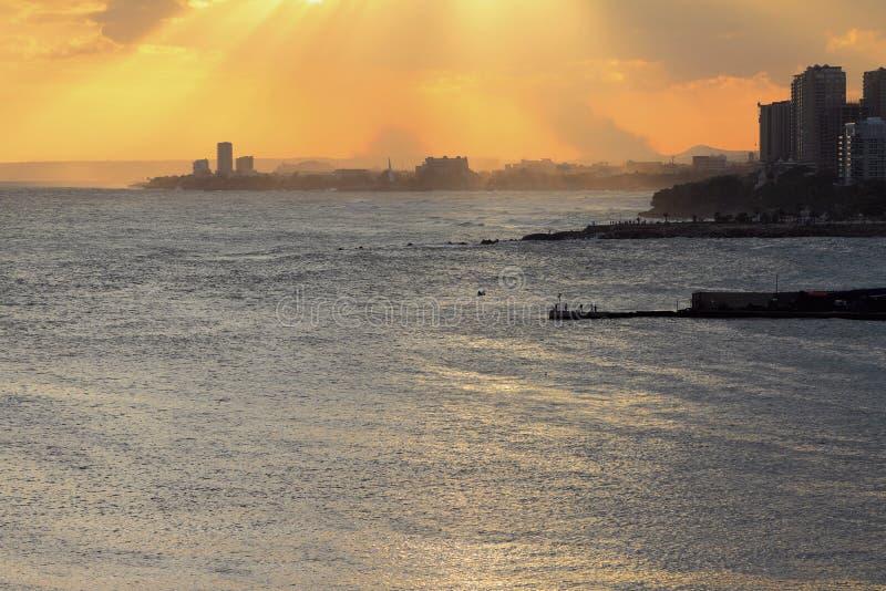 Ciudad de playa en la puesta del sol Santo Domingo, República Dominicana fotos de archivo libres de regalías