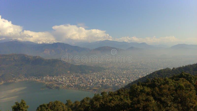 Ciudad de Pokhara de las montañas foto de archivo libre de regalías