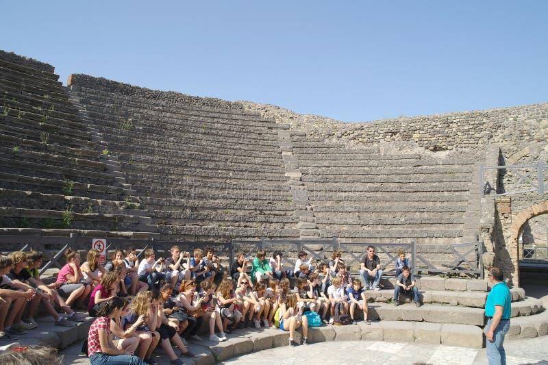Ciudad de Pompeii anfiteatro Grupo de turistas fotografía de archivo