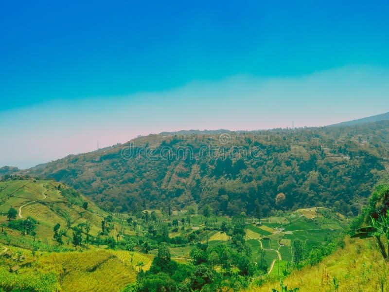 Ciudad de Primitif en el valle del barat Indonesia del jawa del ciremai de la montaña foto de archivo