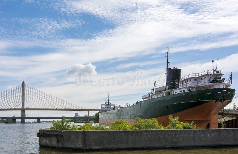 Ciudad de puerto con la nave imágenes de archivo libres de regalías