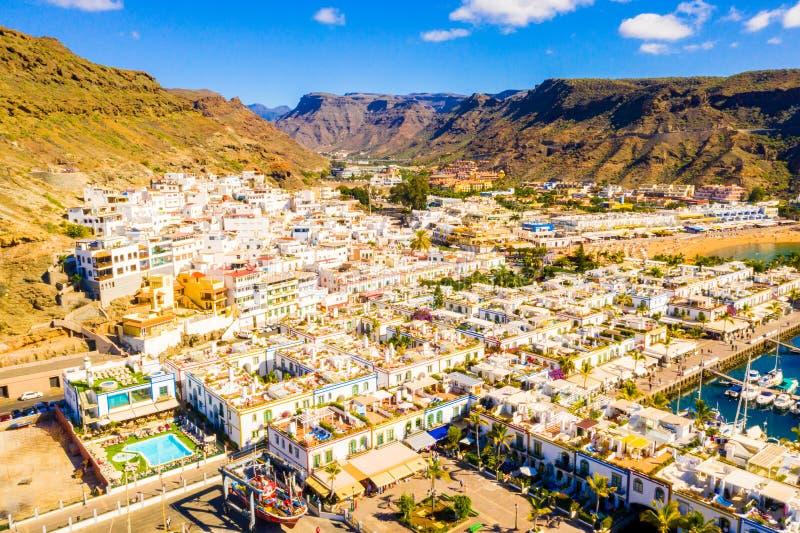 Ciudad de Puerto de Mogan en la costa de la isla de Gran Canaria imagenes de archivo