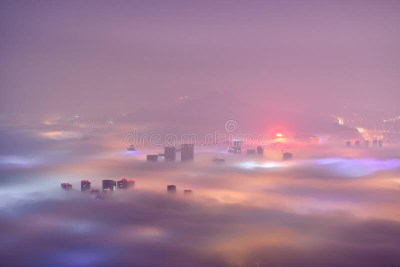 Ciudad de Qingdao en la niebla de la advección foto de archivo