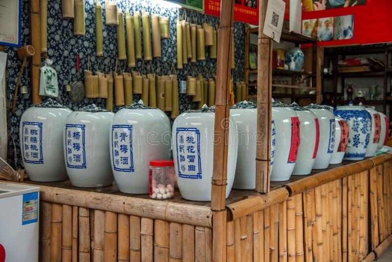 Ciudad de Qingyuan, condado de Wuyuan, tienda de vino del área escénica del puente del arco iris de la provincia de Jiangxi imagenes de archivo