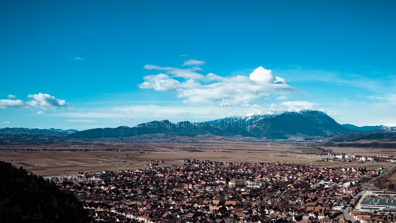 Ciudad de Rasnov, Rumania, visión desde el top fotos de archivo