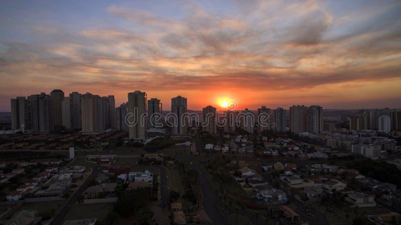 Ciudad de Ribeirao Preto en Sao Paulo, el Brasil Región de Joao Fiusa Avenue en día de la puesta del sol imagen de archivo libre de regalías