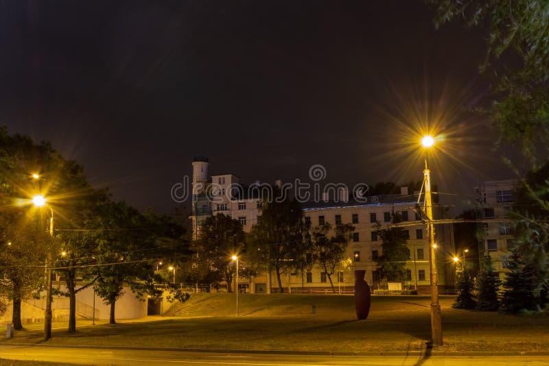 Ciudad de Riga la capital de Letonia en la noche en la margen izquierda del río del Daugava foto de archivo