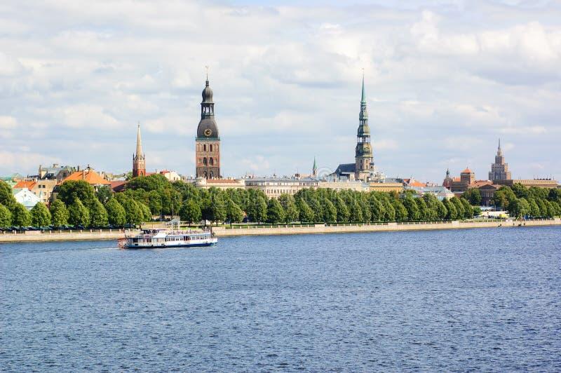 Ciudad de Riga y río viejos del Daugava fotografía de archivo libre de regalías