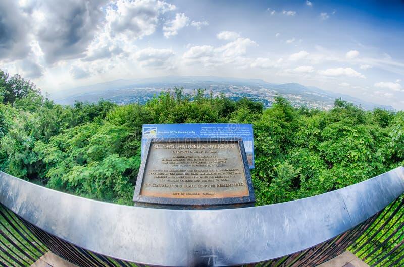 Ciudad de Roanoke según lo visto de la estrella de la montaña del molino en la oscuridad en Virginia fotos de archivo