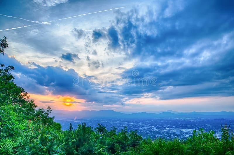 Ciudad de Roanoke según lo visto de la estrella de la montaña del molino en la oscuridad en Virginia imágenes de archivo libres de regalías