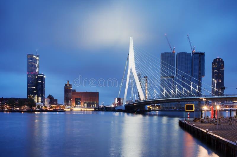 Ciudad de Rotterdam en la noche imágenes de archivo libres de regalías