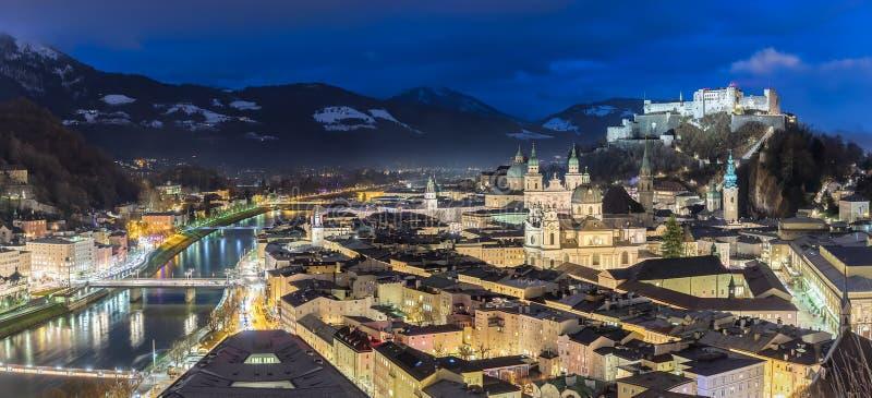 Ciudad de Salzburg, Austria, por noche fotografía de archivo