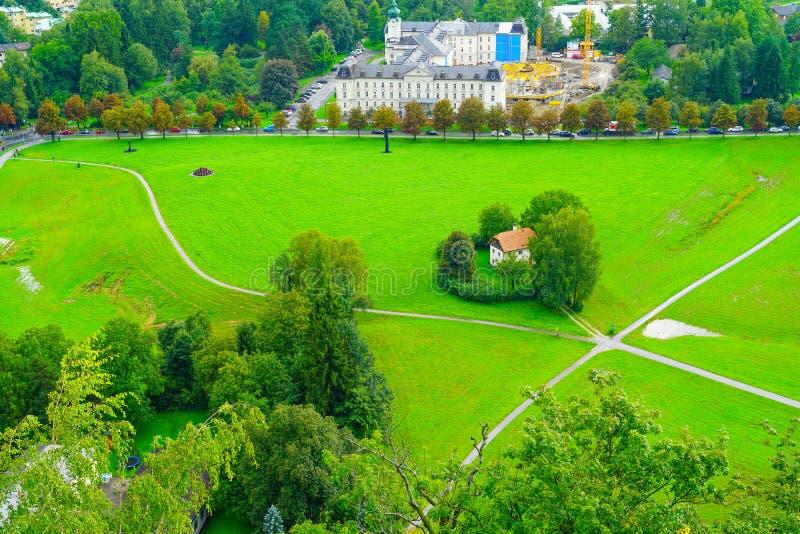 Ciudad de Salzburg desde alto punto de vista en el fuerte y el castl de Salzburg fotografía de archivo
