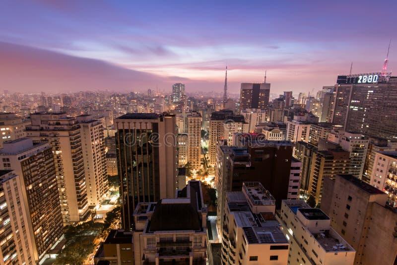 Ciudad de Sao Paulo en la noche fotografía de archivo