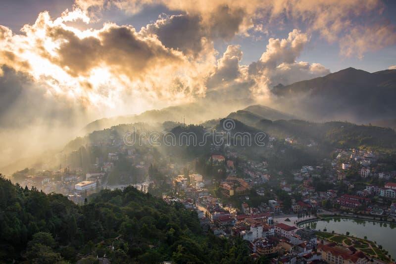 Ciudad de Sapa antes de la puesta del sol de la montaña de Ham Rong imágenes de archivo libres de regalías