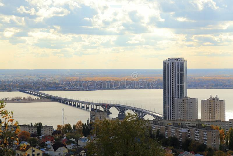 Ciudad de Saratov Puente sobre el Volga, Saratov-Engels, Rusia Visión desde la montaña de Sokolovaya fotos de archivo