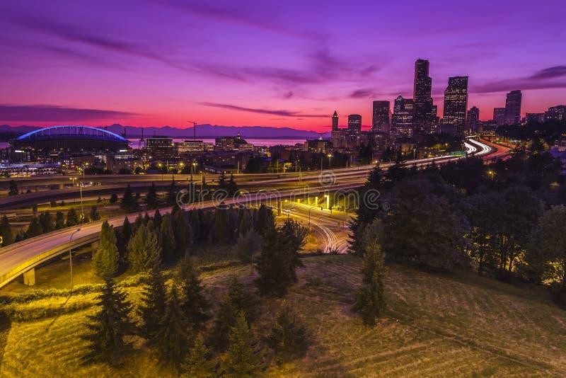 Ciudad de Seattle en la oscuridad fotografía de archivo
